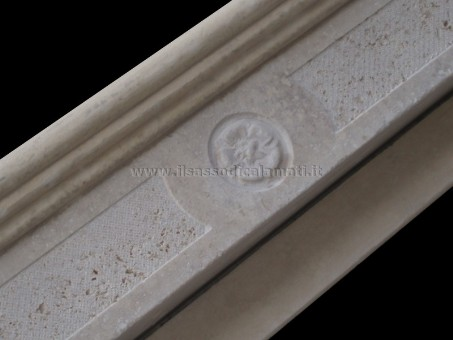 architrave decorata caminetto